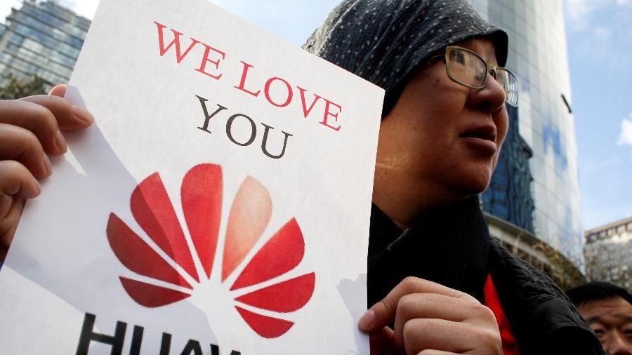 Chineses mostram apoio à Huawei fora da audiência da Suprema Corte para fiança da CFO da Huawei, Meng Wanzhou, que estava detida em um mandado de extradição em Vancouver - David Ryder/Reuters