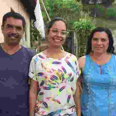 Nathalia Oliveira e seus pais, Antônio Carlos e Maria Helena de Oliveira, na casa da famílias em Vargem Grande Paulista, em São Paulo  - BBC