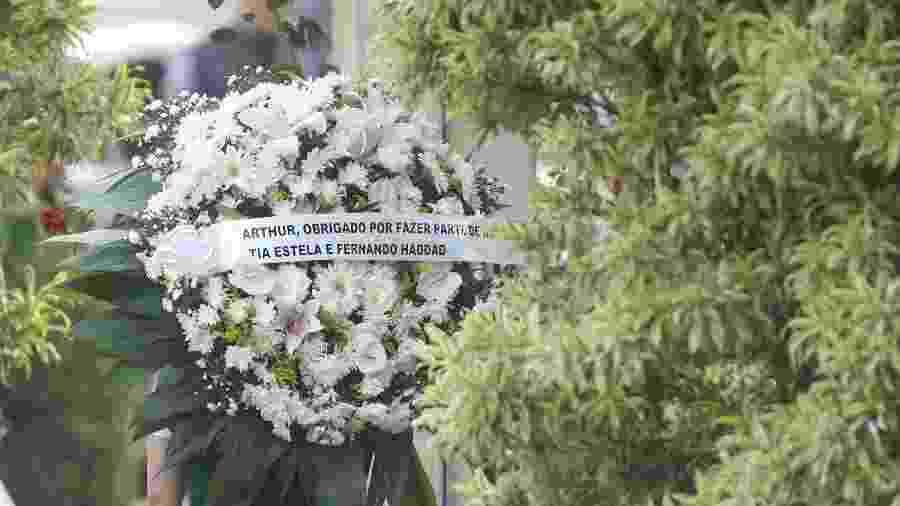 Coroa de flores é levada para enterro do menino Arthur Araújo Lula da Silva - DANIEL TEIXEIRA/ESTADÃO CONTEÚDO