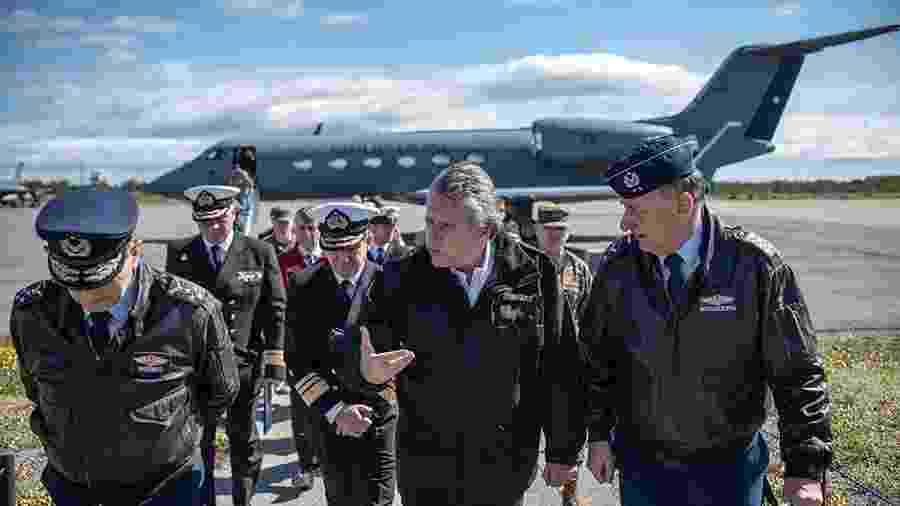 O ministro da Defesa chileno, Alberto Espina, chega à base militar em Punta Arenas - Divulgação/AFP