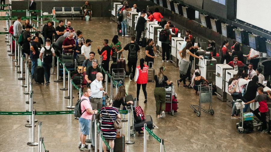 Até mesmo os profissionais que fazem inspeção de bagagem precisam usar a máscara de proteção - FEPESIL/THENEWS2/ESTADÃO CONTEÚDO