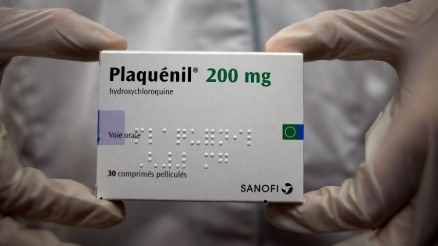 8.abr.2020 - Farmacêutica segura embalagem de Plaquénil, hidroxicloroquina produzida pela empresa francesa Sanofi - Alain Pitton/NurPhoto via Getty Images