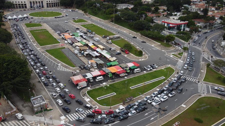 Grande fila de carros se formou ontem no posto de vacinação drive-thru do Estádio do Pacaembu - Ronaldo Silva/Futura Press/Estadão Conteúdo