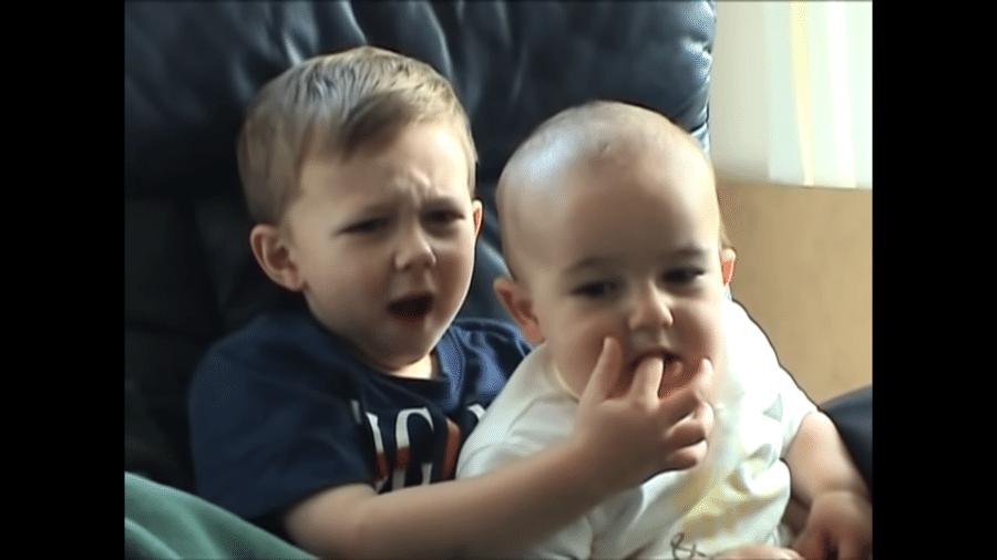 """Captura de tela do vídeo viral """"Charlie bit my finger"""" (Charlie mordeu meu dedo, em tradução livre) - Reprodução"""