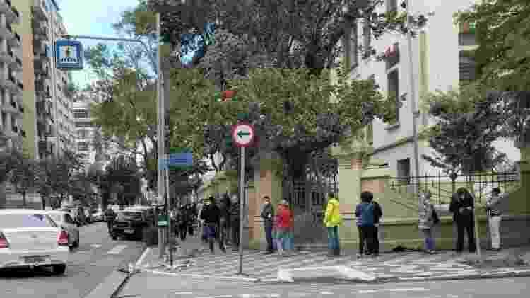Fila dobra a esquina na UBS Santa Cecília, no centro de São Paulo - Wanderley Preite Sobrinho/UOL - Wanderley Preite Sobrinho/UOL