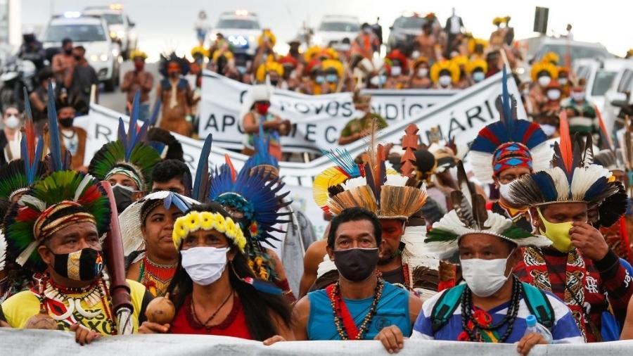 Indígenas brasileiros de diferentes etnias participam do protesto em Brasília - SERGIO LIMA / AFP