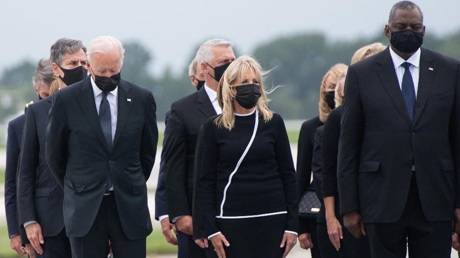 Presidente dos EUA Joe Biden, primeira dama Jill Biden, Secretário de Defesa dos EUA Lloyd Austin e funcionários na Base Aérea de Dover neste domingo (29.08) - SAUL LOEB/AFP