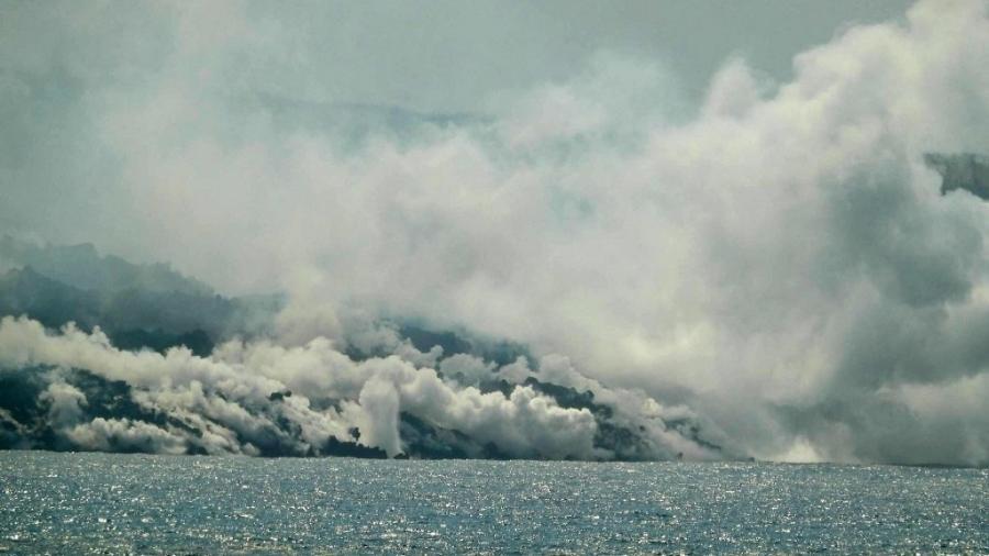 O fluxo de lava produzido pelo vulcão Cumbre Vieja cai no Oceano Atlântico na praia de Los Girres em Tazacorte, na ilha canária de La Palma - Sunsets Sweden / AFP