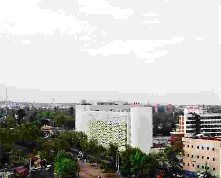 Torre de Especialidades, na Cidade do México, com fachada revestida de dióxido de titânio - Alejandro Cartagena