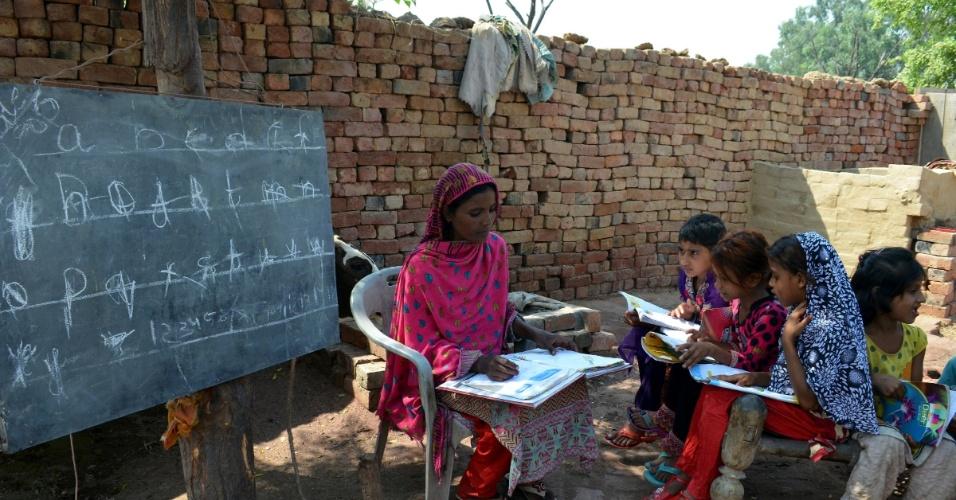 5.out.2015 - Professora dá aulas em escola no leste do Paquistão no Dia Mundial do Professor