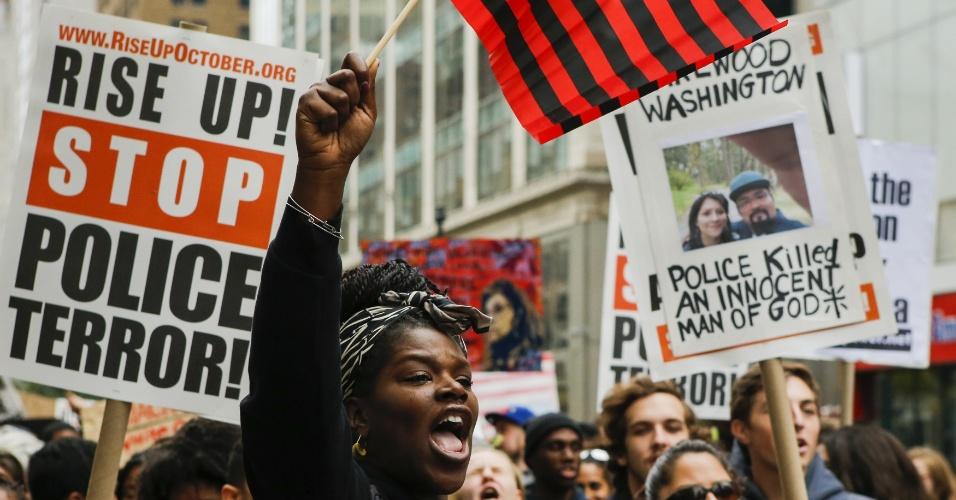 24.out.2015 - Manifestantes realizaram um protesto neste sábado (24) em Nova York contra a violência policial. Os manifestantes pediram o fim das mortes de pessoas desarmadas e rendidas por policiais na cidade. Nos últimos meses, os Estados Unidos foram abalados por uma série de mortes causadas por agentes policiais em ações geralmente praticadas contra suspeitos negros