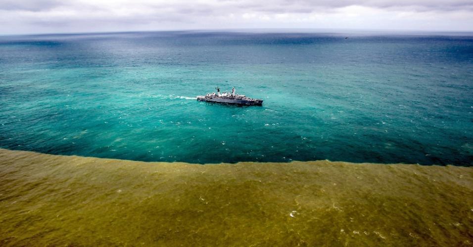 22.nov.2015 - Lama de barragem de mineração muda a cor do mar do Espírito Santo, na região do distrito de Regência, em Linhares