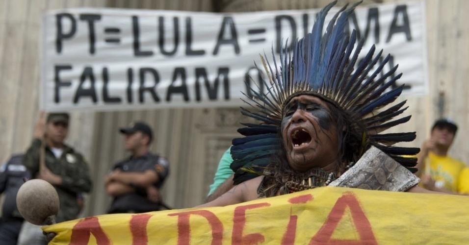 8.jan.2016 - Indígena protesta contra o aumento da tarifa do transporte público na Cinelândia, no centro do Rio de Janeiro. O valor passou de R$ 3,40 para R$ 3,80 no último dia 2