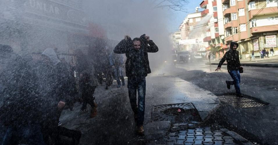 31.jan.2016 - Manifestantes são dispersados com balas de borracha e jatos d'água pela polícia turca em Istambul, neste domingo (31). Eles protestavam contra a determinação do toque de recolher pelas autoridades turcas