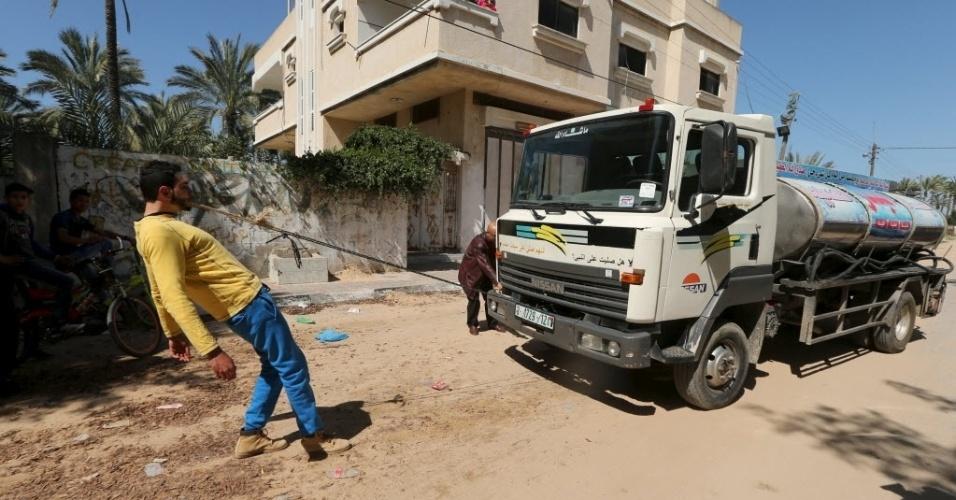 7.mar.2016 - O palestino Mohammad Baraka, de 20 anos, é chamado de Sansão de Gaza no lugar onde vive, em Deir al-Balah, na Faixa de Gaza. É fácil ver porque o jovem é comparado com o personagem bíblico que tinha força descomunal. Na foto, ele puxa um caminhão de água com os dentes
