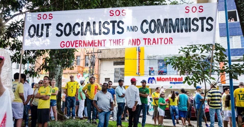 13.mar.2016 - Manifestantes protestam contra o contra o governo Dilma Rousseff (PT), centro de Franca, interior de São Paulo