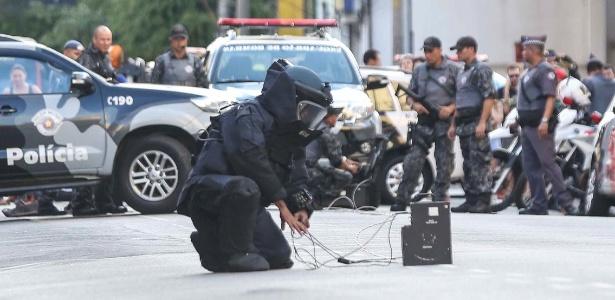 Policial do Gate realiza operação em suposta bomba na rua Teodoro Sampaio