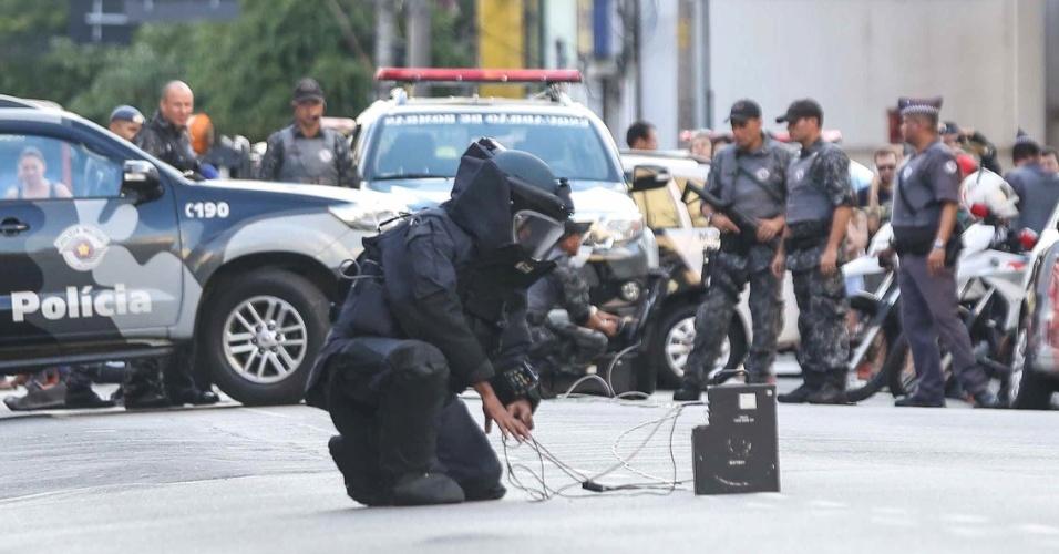 26.mar.2016 - Policial do Gate (Grupo de Ações Táticas Especiais) realiza operação para desativar suposta bomba na rua Teodoro Sampaio, zona oeste de São Paulo. Objeto suspeito foi deixado em frente a uma agência bancária e obrigou policiais a isolarem a região até que a área fosse considerada segura