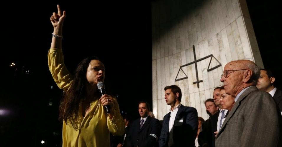 """4.abr.2016 - Uma das autoras do pedido de impeachment da presidente Dilma Rousseff, a jurista Janaína Paschoal fala durante ato intitulado """"Juristas pelo impeachment"""", no Largo São Francisco, na região central de São Paulo"""