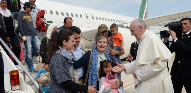 O papa Francisco recebe famílias de refugiados sírios no aeroporto Ciampino, em Roma, que estavam no campo de refugiados de Moria, na ilha grega de Lesbos