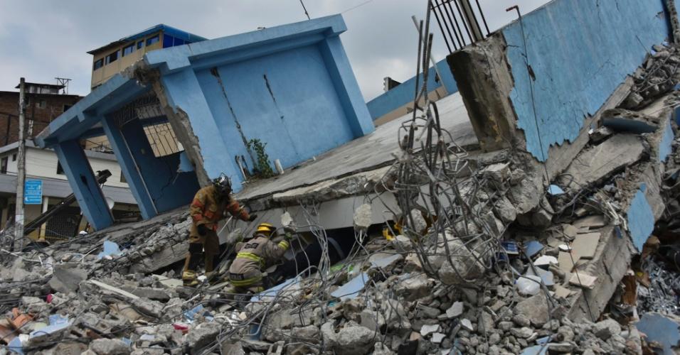 17.abr.2016 - Equipes de resgate trabalham em meio a destroços em Guayaquil, no Equador