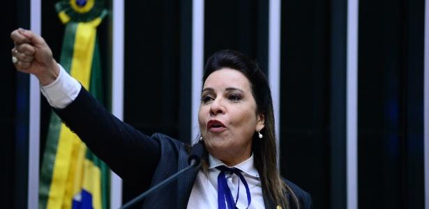 A deputada federal Raquel Muniz durante discurso pelo impeachment, em 2016