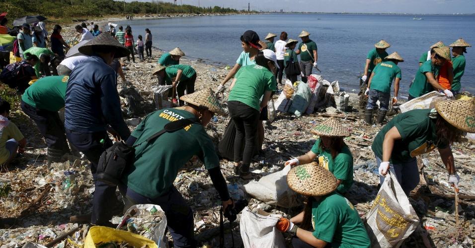 22.abr.2016 - Ambientalistas participam de operação de limpeza de área costeira na região metropolitana de Manila (Filipinas) em homenagem ao Dia da Terra, celebrado hoje em todo o mundo. A assinatura do Acordo de Paris sobre mudanças climáticas também marca a data