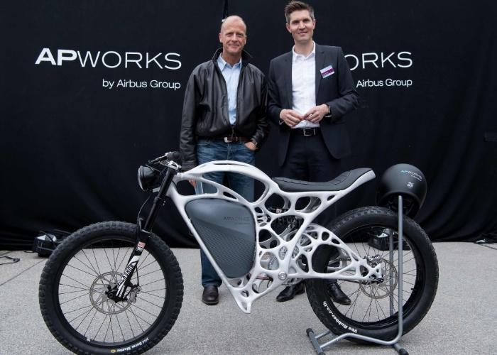 20.mai.2016 - Uma motocicleta leve produzida com impressão 3D é apresentada ao público em Ottobrunn, sul da Alemanha,  por Tom Enders (à esquerda), CEO da fabricante de aviões Airbus, e Joachim Zettler, presidente da APWorks, empresa de materiais avançados que é subsidiária do Grupo Airbus. A moto elétrica tem um peso total de 35 quilos