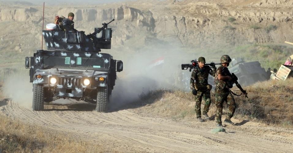 """23.mai.2016 - Soldados iraquianos trabalham em uma operação militar para recuperar a cidade de Fallujah, a 50 km de Bagdá, das mãos do grupo Estado Islâmico. """"A bandeira iraquiana será içada e tremulará nas terras de Fallujah"""", afirmou o primeiro-ministro iraquiano, Haider al-Abadi"""