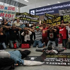 Policiais civis, policiais militares e bombeiros protestam no aeroporto do Galeão contra a crise financeira do Estado do Rio