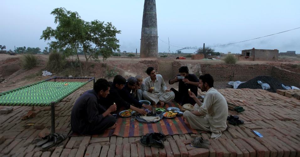 4.jul.2016 - Trabalhadores de uma fábrica de tijolos comem o iftar durante a quebra de jejum diária no mês sagrado do Ramadã, nos arredores de Islamabad, no Paquistão