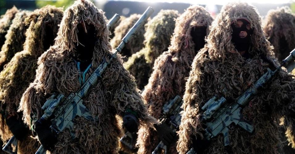 27.jul.2016 - Membros da força atiradora de um esquadrão antiterrorismo usam trajes diferenciados para participar de treinamento na Indonésia