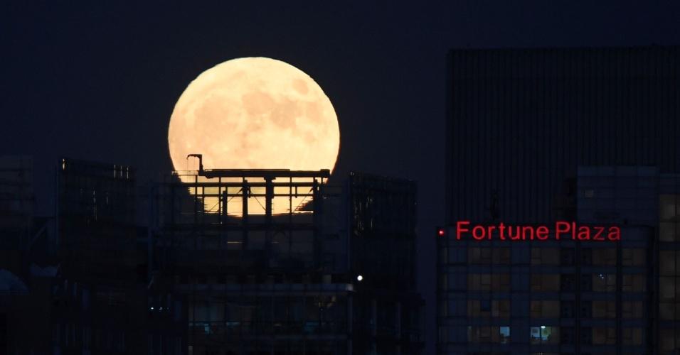 14.nov.2016 - A superlua surge no céu de Pequim. As pessoas se dirigiram às coberturas de prédios, fortes antigos e praias para testemunhar o fenômeno, o maior desde 1948, com a Lua a 356.509 km de distância da Terra