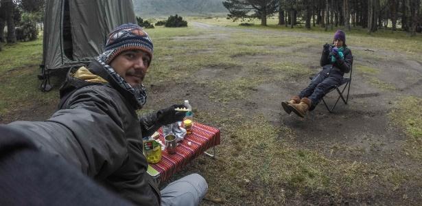 Sergio Medeiros e Eleni Alvejan fazem lanche no Equador durante a viagem até a América do Norte para ajudar cães de rua