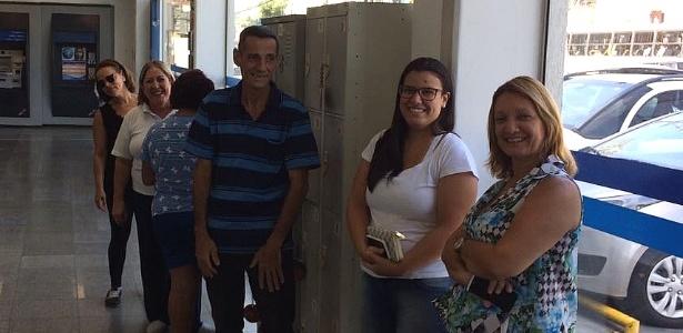 Trabalhadores aguardam atendimento em agência da Caixa em SP nesta sexta (17)