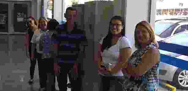 Trabalhadores aguardam atendimento em agência da Caixa em SP nesta sexta (17) - Ricardo Marchesan/UOL
