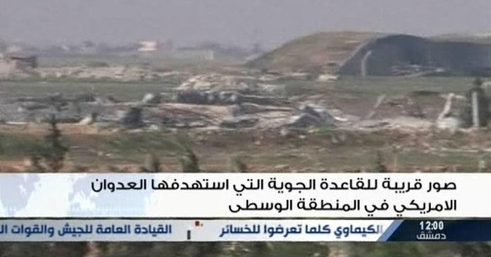"""7.abr.2017 - Imagem tirada de transmissão de canal de TV estatal da Síria mostra uma base aérea do exército do país, que foi atingido por um ataque dos Estados Unidos perto da cidade de Homs. Forças militares dos EUA dispararam mísseis em uma base aérea síria nesta sexta-feira (7), em resposta ao que o presidente Donald Trump chamado de um ataque químico """"bárbaro"""". O regime da Síria negou qualquer uso de armas químicas e a mídia estatal descreveu o ataque dos EUA como um """"ato de agressão"""""""