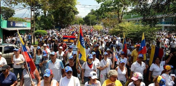 22.abr.2017 - Oposicionista participam de marcha silenciosa em San Cristóbal, no Estado de Táchira