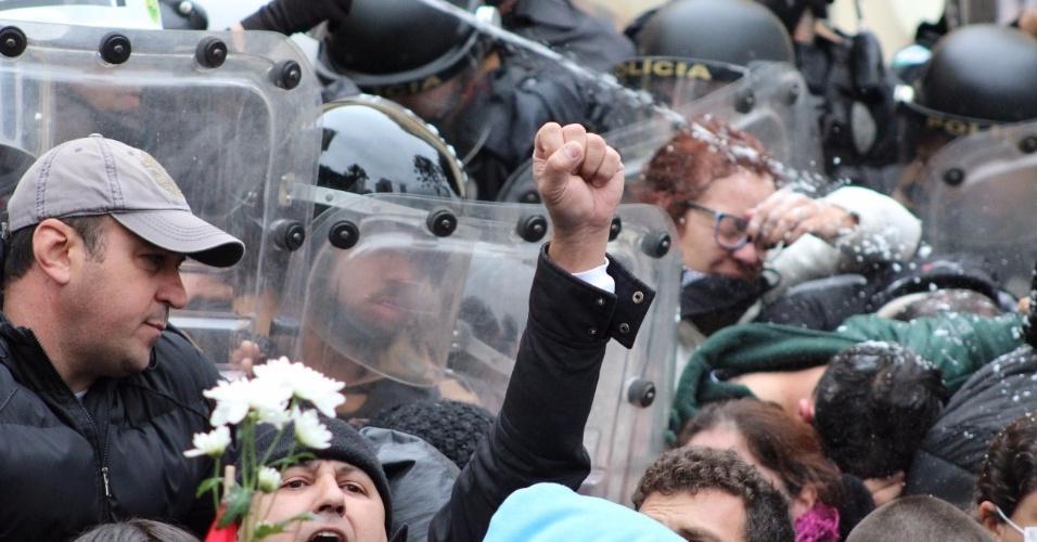20.jun.2017 - Confronto entre PMs e servidores na Câmara de Curitiba