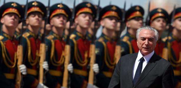 O presidente Michel Temer é recebido pela guarda de honra da Rússia ao chegar ao aeroporto de Vnukovo, em Moscou