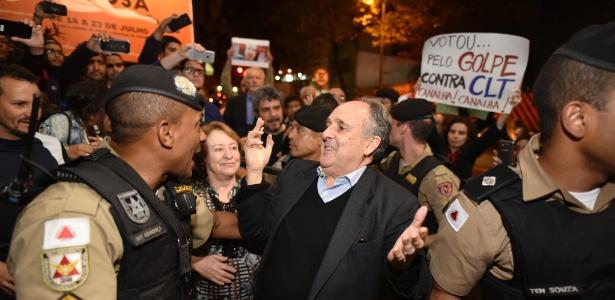 18.jul.2017 - Senador Cristovam Buarque (PPS-DF) é hostilizado por manifestantes na entrada do Teatro da Cidade, em Belo Horizonte
