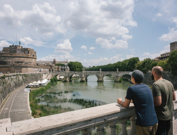 O rio Tiber, cujo nível de água caiu recentemente, em Roma