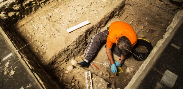 15.mar.2017 - Escavações de ossadas no Instituto de Pesquisa e Memória Pretos Novos