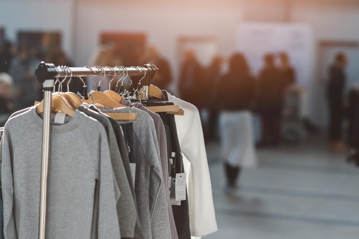 3b751a35718 Crise reforça mercado  consciente  de roupas usadas. Aprenda a vender bem -  30 08 2017 - UOL Universa