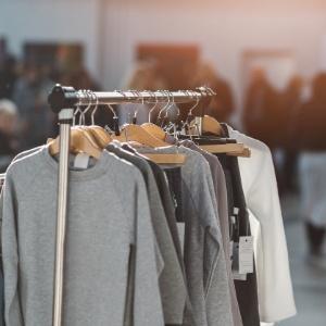 f66e5a0625a Crise reforça mercado  consciente  de roupas usadas. Aprenda a vender bem