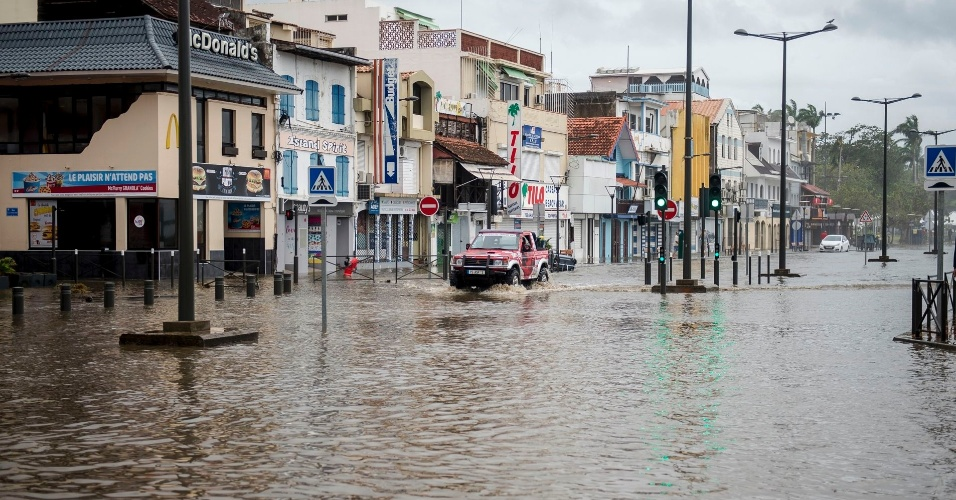Motorista tenta passar com carro em área inundada na ilha caribenha de Martinique, após a passagem do furacão Maria