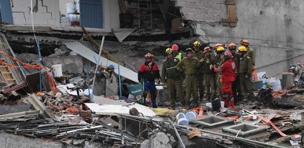 23.set.2017 - Equipes de resgate procuram sobreviventes após novo tremor na Cidade do México