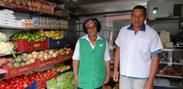 Maria Quitéria Barbosa Inácio, agente de crédito da Credipaz, com Titico em sua quitanda
