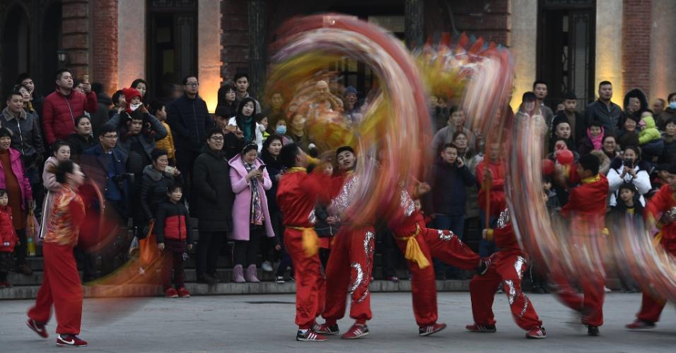 Chineses fazem a dança do dragão em Taierzhuang, no leste da China, para receber 2018
