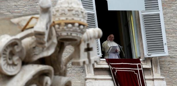 O papa Francisco acena durante a oração do Angelus na Praça de São Pedro, no Vaticano, nesta terça (1º)